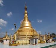 对Botataung塔的朝圣在仰光,缅甸 免版税库存照片