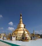 对Botataung塔的朝圣在仰光,缅甸 免版税库存图片
