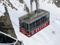 对Brevent峰顶,夏慕尼,法国的Kable汽车 库存照片