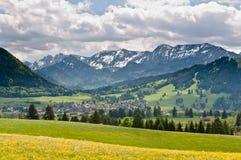 对Buching村庄的一张视图在巴法力亚阿尔卑斯 免版税库存图片
