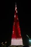 对Burj哈利法摩天大楼的夜视图在迪拜,卡塔尔,阿拉伯联合酋长国的旗子 免版税库存照片
