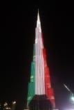 对Burj哈利法摩天大楼的夜视图在迪拜,科威特,阿拉伯联合酋长国的旗子 免版税图库摄影