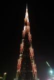 对Burj哈利法摩天大楼,迪拜,阿拉伯联合酋长国的夜视图 库存图片