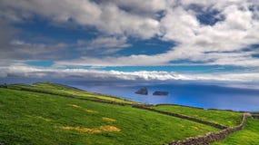对Cabras小岛, Terceira海岛,亚速尔群岛,葡萄牙的海视图 库存图片