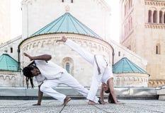 年轻对capoeira合作,壮观的体育 库存图片