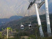 对Chicamocha峡谷的空中览绳。 库存照片