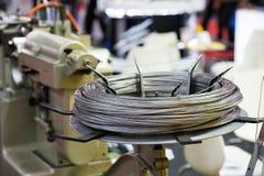 对CNC高precusion插座别针grindin的钢不锈的导线饲料 图库摄影