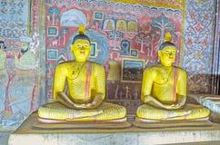 对Dambulla洞寺庙的朝圣 免版税库存图片