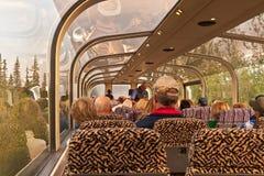 对Denali的玻璃铁路车 免版税库存照片