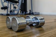 对Dumbells在体育健身屋子 免版税图库摄影