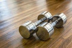 对Dumbells在体育健身屋子 免版税库存照片