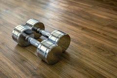 对Dumbells在体育健身屋子 库存图片