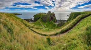 对Dunnottar城堡& x28的方式; 阿伯丁郡, Scotland& x29; 库存图片
