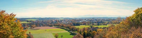 对ebersberg村庄的全景在从监视的秋天 库存图片
