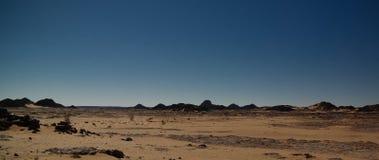 对El Berdj山的空中全景和尔格在Tassili nAjjer国家公园,阿尔及利亚狼吞虎咽 免版税库存照片