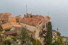对Eze中世纪村庄,普罗旺斯屋顶的看法  库存图片