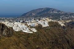 对Fira和先知伊莱亚斯峰顶,圣托里尼海岛,锡拉,希腊镇的惊人的看法  免版税图库摄影