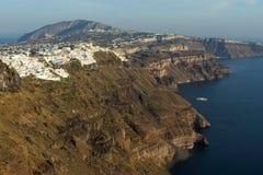 对Fira和先知伊莱亚斯峰顶,圣托里尼海岛,锡拉,希腊镇的惊人的看法  免版税库存图片