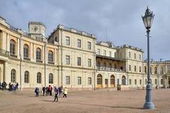 对Gatchina宫殿的正门在春天晴天 免版税库存照片