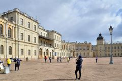对Gatchina宫殿的正门在春天 免版税库存照片