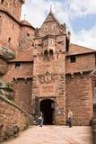 对Haut-Koenigsbourg城堡的入口在阿尔萨斯,法国 免版税库存图片