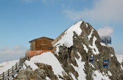 对Hintertux冰川的空中览绳推力在奥地利 库存照片