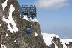 对Hintertux冰川的空中览绳推力,奥地利 免版税库存图片