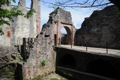 对Hochburg城堡废墟的入口 免版税库存照片