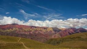对Hornocal, 14种颜色山的足迹 五颜六色的山在Jujuy,阿根廷 库存照片