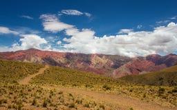 对Hornocal, 14种颜色山的足迹 五颜六色的山在Jujuy,阿根廷 库存图片
