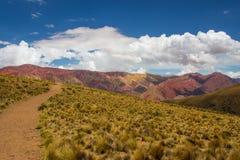 对Hornocal, 14种颜色山的足迹 五颜六色的山在Jujuy,阿根廷 免版税库存照片