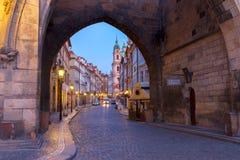 对Hradcany老镇在晚上,布拉格的入口 图库摄影