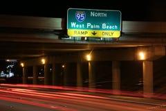对I-95的交通北部在晚上 库存照片