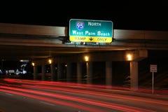 对I-95的交通北部在晚上 免版税库存图片