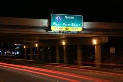 对I-95的交通北部在晚上 免版税库存照片