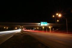 对I-95的交通北部在晚上 库存图片