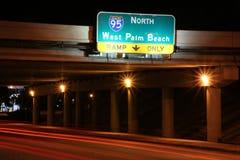 对I-95的交通北部在晚上 免版税图库摄影