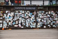 对Ianto琼斯,从BBC电视系列节目Torchwoo的一个字符的一座寺庙 免版税库存图片
