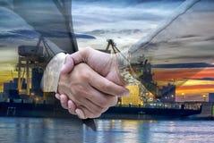 对investOil的握手是主要能量 库存照片