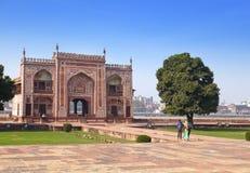 对Itmad-Ud-Daulah的坟茔(婴孩Taj)的门在阿格拉,北方邦,印度 免版税库存照片