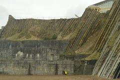 对Itzurun海滩的入口与它的古新的Geopark巴斯克路线联合国科教文组织的复理层类型的形成 射击比赛O 库存照片