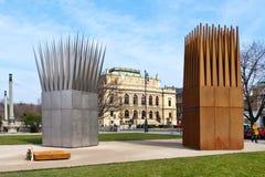 对Jan Palach,淡色啤酒堤防,老镇联合国科教文组织,布拉格,捷克的纪念品 Son's和Mothe的雕刻的构成 免版税库存图片