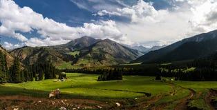 对Jeti Oguz的亦称全景视图七头公牛谷,吉尔吉斯斯坦 库存图片