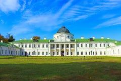 对Kachanivka宫殿的美丽的景色 免版税库存图片