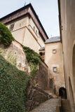 对Karlstejn的入口 哥特式的城堡 图库摄影