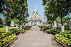对Khon Kaen市柱子寺庙的路 免版税库存照片
