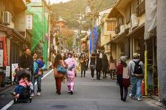 对Kiyomizu寺庙,京都的女孩步行 图库摄影