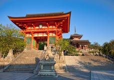 对Kiyomizu-dera佛教寺庙的入口 免版税库存图片