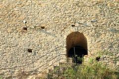 对Kokorin城堡墙壁的侧门  库存图片