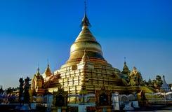 对Kuthodaw塔的看法在曼德勒缅甸, 库存图片